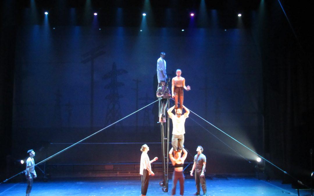 Compañía Canadiense Trae Magia, Creatividad y Destreza con solo 8 Artistas en Escena.